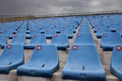 Sillas azules en un estadio Imagen de archivo