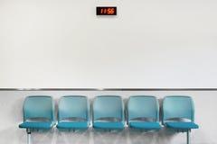 Sillas azules en zona de espera Fotografía de archivo libre de regalías