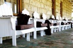 Sillas blancas acogedoras Fotos de archivo