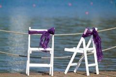 Sillas blancas cerca del mar Imagen de archivo libre de regalías