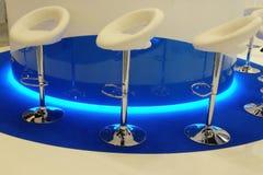 sillas blancas de la barra Imagen de archivo libre de regalías