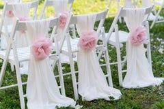 Sillas blancas de la boda para la ceremonia Imagenes de archivo