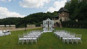 Sillas blancas de la boda Boda puesta en jardín Filas de las sillas vacías de madera blancas en césped antes de la ceremonia de b almacen de video