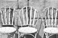 Sillas blancas del hierro Imagenes de archivo