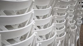 Sillas blancas empiladas Fotos de archivo