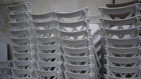Sillas blancas empiladas Foto de archivo libre de regalías