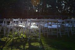 Sillas blancas en hierba verde Fotografía de archivo