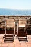 Sillas blancas en un balcón Foto de archivo libre de regalías