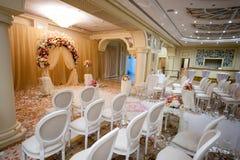 Sillas blancas en una boda interior Imágenes de archivo libres de regalías