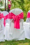 Sillas blancas hermosas y románticas Foto de archivo