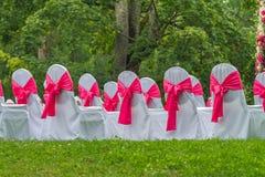 Sillas blancas hermosas y románticas Foto de archivo libre de regalías