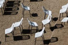 Sillas blancas no dispuestas Imagenes de archivo