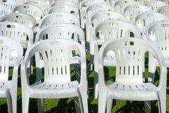 Sillas blancas plásticas vacías vacantes foto de archivo