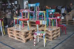 Sillas coloridas en el espacio de Ventura Lambrate durante la semana de Milan Design Imagenes de archivo