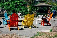 Sillas coloridas en un parque en Manhattan Fotografía de archivo libre de regalías