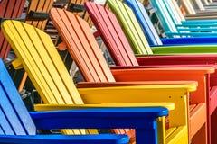 Sillas de Adirondack del arco iris imagen de archivo