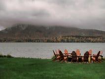 Sillas de Adirondack en el lago agradable imagen de archivo libre de regalías