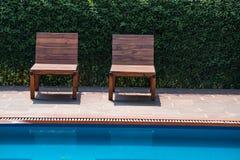 Sillas de cubierta cerca de la piscina Fotos de archivo