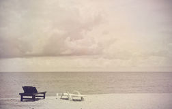 Sillas de cubierta del vintage en la playa Fotos de archivo libres de regalías