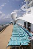 Sillas de cubierta en el barco de cruceros Imagenes de archivo