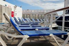 Sillas de cubierta en el barco de cruceros Fotos de archivo libres de regalías