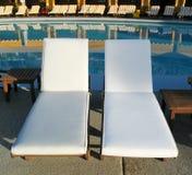 Sillas de cubierta en la piscina del centro turístico Fotos de archivo