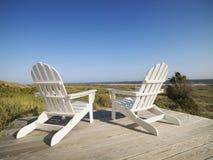 Sillas de cubierta en la playa. Imagen de archivo
