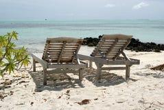 Sillas de cubierta en la playa Fotografía de archivo