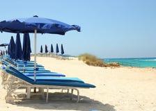 Sillas de cubierta en la playa Imagenes de archivo