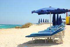 Sillas de cubierta en la playa Imagen de archivo libre de regalías