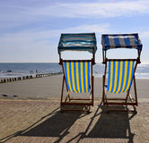 Sillas de cubierta en la playa Foto de archivo libre de regalías