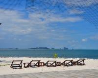 Sillas de cubierta en la playa arenosa Imagen de archivo
