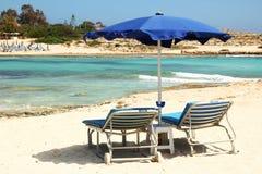 Sillas de cubierta en la playa de la playa Fotos de archivo