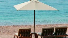 Sillas de cubierta en la playa del mar adriático