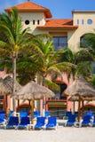 Sillas de cubierta en la playa de Playacar en el mar del Caribe Imagen de archivo libre de regalías