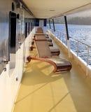 Sillas de cubierta en un barco de cruceros Imagenes de archivo