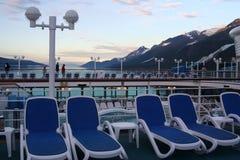 Sillas de cubierta en un barco de cruceros en Alaska Foto de archivo libre de regalías