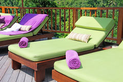 Sillas de cubierta por la piscina Foto de archivo libre de regalías