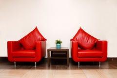 Sillas de cuero rojas con la almohadilla Fotos de archivo libres de regalías