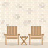 Sillas de jardín de madera con la tabla en Front Of Bricks Wall Imagenes de archivo