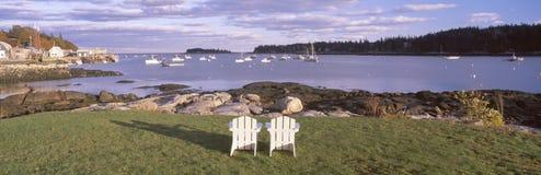 Sillas de jardín en el pueblo de la langosta, arrendatarios puerto, Maine Imagen de archivo libre de regalías
