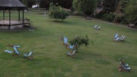Sillas de jardín en un parque público fotos de archivo libres de regalías