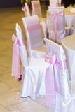 Sillas de la boda con las cintas rosadas Fotografía de archivo libre de regalías