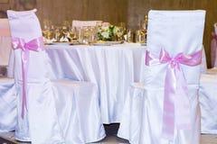 Sillas de la boda con las cintas rosadas Imágenes de archivo libres de regalías