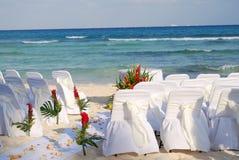 Sillas de la boda de playa que aguardan a huéspedes Imagenes de archivo