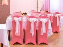 Sillas de la boda en color rosado Fotos de archivo