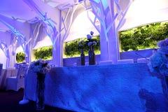 Sillas de la boda en un salón de baile del partido o del acontecimiento Foto de archivo libre de regalías