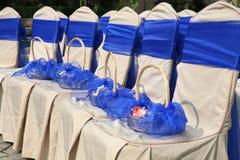 Sillas de la boda y cesta de flor Imagen de archivo libre de regalías