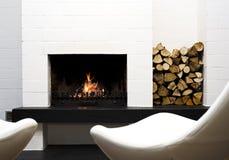 Sillas de la chimenea, de madera y de salón imagen de archivo libre de regalías
