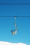 Sillas de la elevación de esquí en día brillante Fotografía de archivo libre de regalías